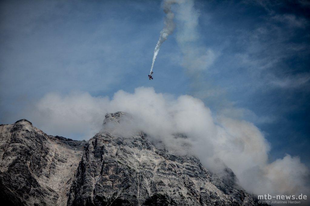 Kunstflieger über den Bergen