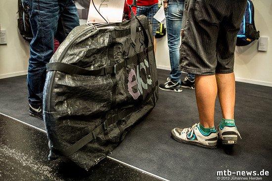 Für diese Packtasche hat Evoc einen Eurobike Award erhalten. Sie dient dazu, das saubere Auto vor dem dreckigen Bike zu schützen